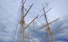 帆柱、索具和yardarms 库存照片