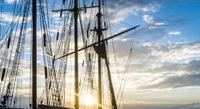 帆柱和绳索在天空日落背景的风船船 库存图片