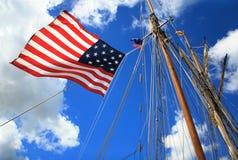 帆柱和美国国旗 免版税库存照片