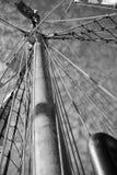 帆柱和船舶绳索和梯子 库存照片