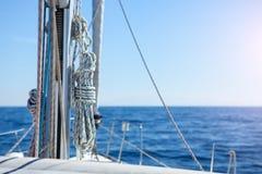 帆柱和绳索 免版税库存图片