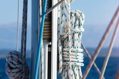 帆柱和绳索 免版税库存照片