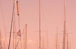 帆柱在小游艇船坞 库存照片