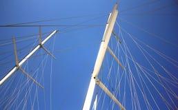 帆柱海运白色游艇 库存照片