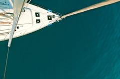 帆柱的游艇上面 库存图片