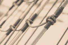 帆柱索具详细的特写镜头在帆船的 免版税库存照片