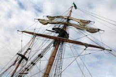 帆柱高索具的船 免版税图库摄影