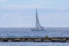帆船乘快艇与白色风帆在公海 豪华蟒蛇 免版税库存照片