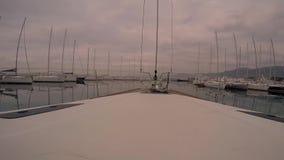 帆船从小游艇船坞定期流逝出来 股票视频