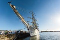 帆船前面在港口的 免版税库存照片