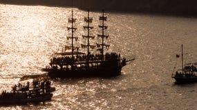 帆船剪影在日落的 免版税库存图片