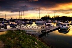 帆船和摩天大楼靠了码头在与好漂亮的东西或人的游艇俱乐部 库存照片