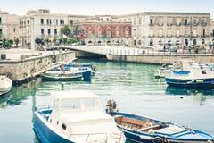 帆船和游船在旧港口,奥提伽岛Ortigia海岛沿海岸区在西勒鸠斯西拉库萨,西西里岛,意大利 免版税库存图片