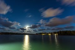 帆船和游艇在小游艇船坞在与多云天空的晚上 免版税图库摄影