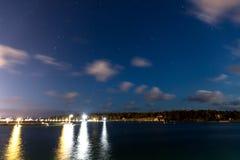 帆船和游艇在小游艇船坞在与多云天空的晚上 库存图片