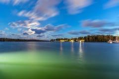 帆船和游艇在小游艇船坞在与多云天空的晚上 免版税库存照片