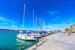 帆船和游艇在沃洛斯,希腊港停泊了  免版税库存照片