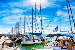 帆船和游艇在沃洛斯,希腊港停泊了  免版税图库摄影