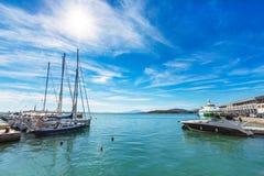 帆船和游艇在沃洛斯,希腊港停泊了  库存照片