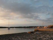 帆船和游艇浮动theAdriatic海,克罗地亚,欧洲平安的表面上  在背景中与我的海岸 免版税库存图片