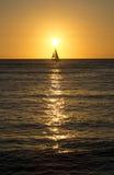 帆船和金黄日落 免版税图库摄影