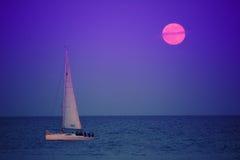 帆船和满月 免版税库存图片