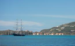 帆船在加勒比水域中临近多山海岛 免版税库存照片