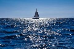 帆船在接近海岸的海 库存图片