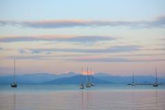 帆船在日落的海在科孚岛的港口 免版税库存图片