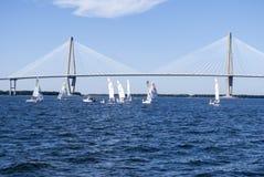 帆船在桥梁下 库存照片