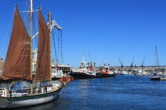 帆船在江边的港口在开普敦,南非,海蓝色 库存图片