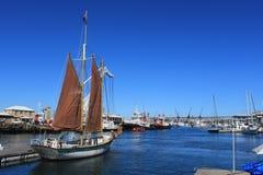 帆船在江边的港口在开普敦,南非 库存照片