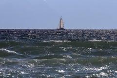 帆船在风大浪急的海面 库存图片