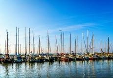 帆船在Marken历史的渔村的小港口停泊了  免版税图库摄影