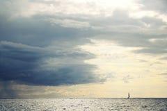 帆船外形 被定调子的图象 多雨云彩 免版税库存图片