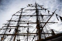 帆船帆柱和索具在蓝天的 库存图片