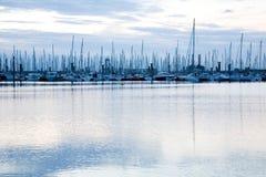 帆船帆柱在圣马洛湾附近的小游艇船坞 免版税库存图片