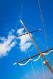 帆船帆柱说谎在码头地平线的 库存图片