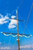 帆船帆柱说谎在码头地平线的 免版税库存图片