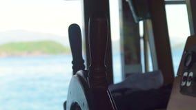 帆船方向盘在上尉桥梁关闭的 运输帆船wheeel在蓝色海风景的 影视素材