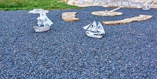 帆船模型在从瓦砾的海航行 免版税库存照片
