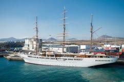 帆船海云彩II在兰萨罗特岛港口靠了码头 免版税库存图片
