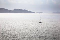 帆船游艇在公海在早晨 免版税库存图片