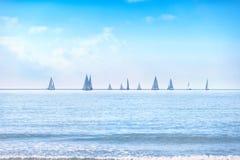 帆船游艇在海或海洋水的赛船会种族 库存照片