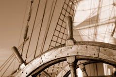 帆船的木方向盘 免版税库存图片