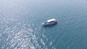 帆船的顶视图在蓝色盐水湖海 驾驶在喷气机滑雪附近 泰国 影视素材