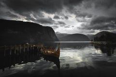 帆船附载的大艇-在Norddalsfjorden的北欧海盗的木小船在中间挪威 库存图片