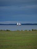 帆船风雨如磐的天空 免版税库存照片
