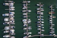 帆船鸟瞰图在波尔蒂芒的小游艇船坞,阿尔加威靠了码头 免版税图库摄影