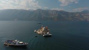 帆船鸟瞰图赛船会在博卡队海湾,黑山,亚得里亚,地中海FullHD慢动作的 股票录像